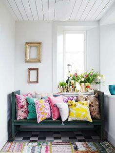 A sala que era sem cor ganhou vida com umas almofadas e tapete colorido!