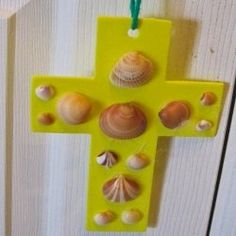 These seashell crosses from So Crafty lensmaster mbgphoto are easy to make and a great craft for children and seniors in nursing homes. Find instructions here: http://www.squidoo.com/make-a-seashell-cross. #seniors #crafts #hawa
