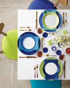 Colour-blocking table setting for the kitchen