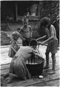 William Gedney: Children by washtub; oldest girl washing her hair, Kentucky, 1964