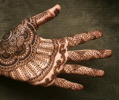 Hand  -  PRETTY HENNA TATTOO DESIGN - Henna refers to the henna tree (Lawsonia inermis) or the dye prepared from the plant, which is used for cosmetic purposes. Traditional henna is drawn in delicate patterns on the palms and feet, but modern henna is applied in any sorts of designs anywhere on the body. henna hand tattoo600_508