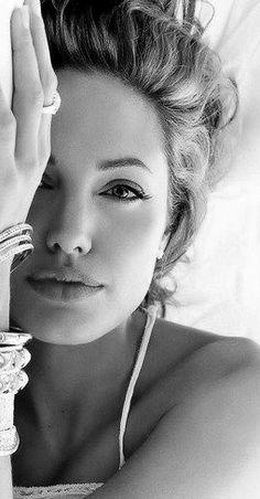 Angelina Jolie. S)