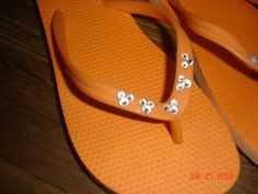 Make these but with nicer sandals. You make the Mickey heads with 2 different size crystals. MouseTalesTravel.com  #MTT #disneydiy #easycrafts