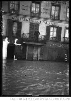 Inondations, 24 janvier 1910, quai de Passy [Paris, 16e arrondissement, personne sur un balcon surplombant l'eau de la crue] : [photographie...