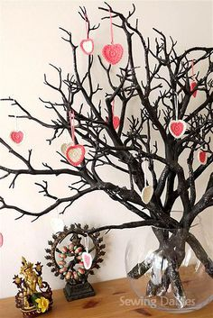 Crochet: Valentine Kisses....love the twig tree