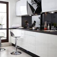 Elegancka kuchnia z salonem: czerń i biel. Kuchnia z salonem - zdjęcia