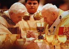 Benedicto XVI y el beato Juan Pablo II celebrando la misa juntos. Sin palabras.
