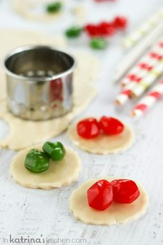 5 Minute Fruit Snack Pie Pops- kids will LOVE this and you can use leftover pie crust!
