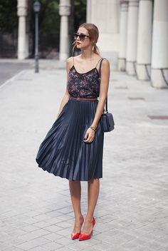 Little top with a long high-waisted skirt and a skinny belt simple jewelry. I like this look.
