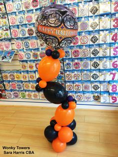 This elegant and fun tower is made of black and orange Qualatex Quick Links balloons topped with a gothic Halloween bubble. Congratulations sarah Harris for this brilliant idea! #balloon #balloondecor #balloonart #qualatex #halloween