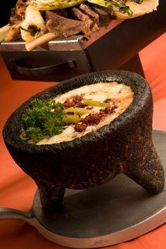 Deliciosa botana de queso fundido preparado con chorizo o con rajas. El queso fundido suele servirse sobre cazuelas de barro, acompañado de tortillas de harina y una salsa picosa.