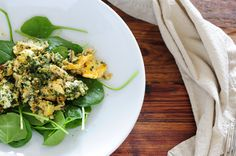 Green eggs (enough for 2 adults): 6 eggs 2 tablespoons butter 3 tablespoons pesto 2 handfuls baby spinach, washed