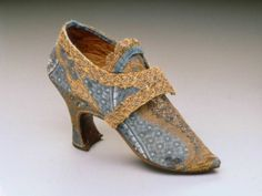 One shoe of a pair of women's buckle shoes European (Possibly Italian), 1760–1770s Silk brocade with silk and gilt metal thread, gilt metal lace, silk binding tape, leather lining and inner sole @Maria Canavello Mrasek Aprile Boston