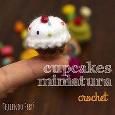 Mini video tutorial del miércoles: Cupcakes miniatura hechos con un botón tejido a crochet!  El video esta en nuestro canal de YouTube: http://goo.gl/iUg7vS This video includes English subtitles :)