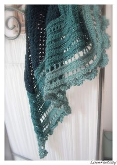 crocheted shawl tuto, only in French. Pattern here http://storage.canalblog.com/92/25/411275/62008387.pdf