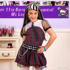 For the birthday ghoul, killer style is a must on her special day :) Click the pic for more Monster High party ideas!