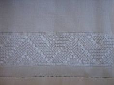 Panos de copa bordados a mão, usando a técnica do crivo. Acabamento em ponto turco. Tecido 100% algodão. R$ 27,00