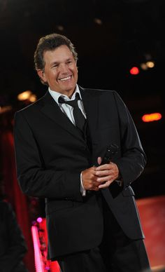 Who is that man???  A rare look at George Strait without his hat. YUM OUI!!!!!!!!!!