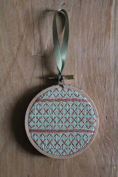 """3 """"Handgewebte Seide und Lurex Textile Christbaumschmuck hängen Hoo. Wandbehänge. Grün, rot, Neon rot und funkelnde blau."""