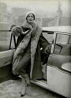 Modèle de porter des Nations Unies manteau doublé de fourrure pour L'Officiel, 1957.