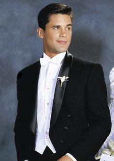 Shawl lapel. The only alternative to peak lapel in White tie attire.
