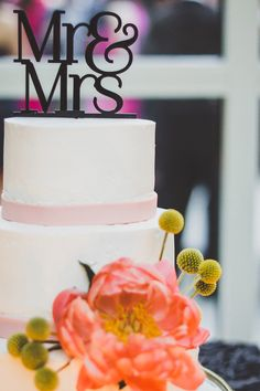 Mr & Mrs cake topper, photo by Jason Hales Photography http://ruffledblog.com/fernbank-museum-wedding #weddingcake #cakes #caketoppers