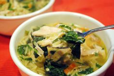 Lemon Chicken Orzo Soup by the cociinamonologues #Soup #Chicken #Lemon #Orzo #Spinach #Light