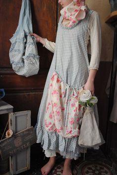 Mlle Berthe : Robe tablier petit vichy Azur et grande poche fleur...