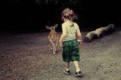 Kind und Reh Kerstin fotografiert