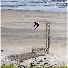 Sand, Schatten und eine optische Täuschung machen dieses Motiv (das wir von der Facebook-Seite von 3dsd rebloggen) zu einem populären Phänom...