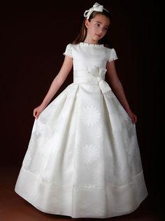 Marla Comuniones es una firma líder especializada en la confección y diseño de vestidos de Primera Comunión. Estos vestidos han sido presentados en el Día Mágico de FIMI.