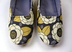 Slip-on House Shoes in Vintage Yellow and Grey Floral >> lovely!