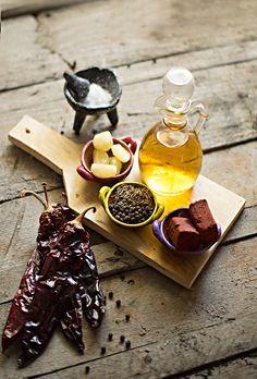 ADOBO: 4 chiles güajillo {mirasol cuando esta  fresco, sino lo encuentran pueden usar chile ancho o una cucharadita de pimienta de cayena}.  2 dientes de ajo grandes.  20 ml. de vinagre de piña o manzana.  5-10 grs. de pasta de  achiote*.  1 pizca de comino.  10 pimientas negras.  Sal de mar en grano al gusto.