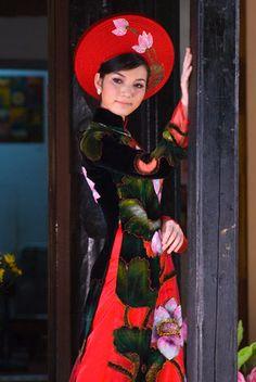 Người đẹp e ấp với áo dài nơi phố cổ.  Lý Hồng Nhung, Hà Nội.
