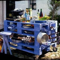 My sister needs to make one of these for me. (Are you getting this, Kellie? ) recycled wood, outdoor kitchens, outdoor cooking, wood pallets, old pallets, garden, pallet tables, kitchen islands, recycled pallets