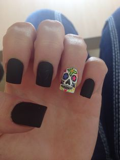 skull accent, black nails with accent nail, dead skull, nail idea