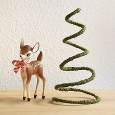 a simple Christmas tree decoration using wire and a little yarn