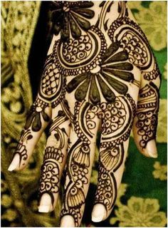 The difference in colours really brings out the design. Here are the best designs you can find. #Mehandi #Mehandidesigns