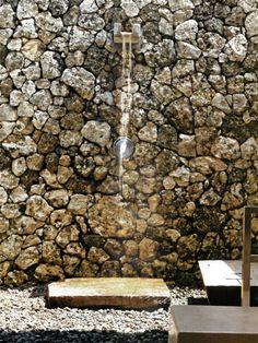 Fascinating Shower Design Ideas Decozilla - Aufeinander geschichtetet steine als r 252 ckwand einer freilanddusche