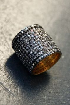Cigar band diamond ring - Makes me whoozy...oooooh. want.