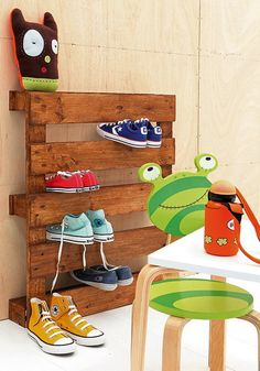Pallet Shoe Holder. Such a good idea!!!