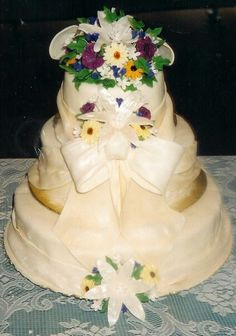 White chocolate fondant flowers with white chocolate clay bows