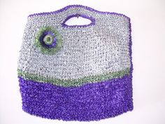 Sample of a purse made with rafia plastico, aka, plarn.     note: this blog post is in spanish