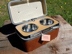 bebedero y comedero para gatos y perros en una maleta antigua #DIY #decoracion #vintage #maletas antiguas #repurposed #upcycled