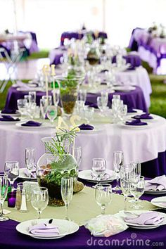 white table cloths with purple napkins, alternating with purple table cloths with white napkins