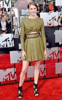 Shailene Woodley kills it in a high-fashion crop top and high-waist skirt at the MTV Movie Awards!