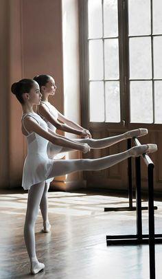 École de Danse de l´Opera de la Paris: Students training.
