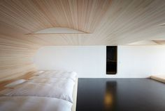 Black & white, plus blond wood, is perfect for a 'zen' esthetic (Japan)