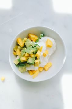 Griekse yogurt met avocado en mango