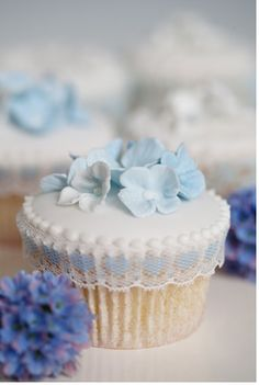 Cupcakes with flowers perfect for garden #wedding by Rachelle's Cakes
